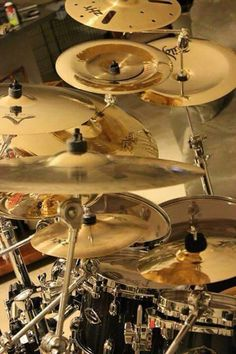 Zildjian love: lots of gold cymbals plates reflecting light off warm drumset. A MOST POPULAR RE-PIN drumkit. RESEARCH #DdO:) - https://www.pinterest.com/DianaDeeOsborne/drums-drumming-joy/ - DRUMS & DRUMMING JOY: Cymbals are made from 4 main alloys, ALL copper based: bell bronze, malleable bronze, brass, & nickel silver - Gold sheen finish is just a coating! Each gives dif sound. Modern cymbal making uses many dif techniques, from traditional hand methods to completely automated mass…