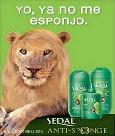 El león habla como una persona anunciando el champú.