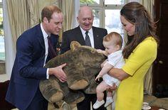 El príncipe George, feliz con su nuevo peluche australiano