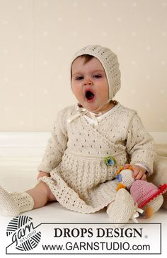 Baby Knitting Patterns Lace Dress, hood, and socks (duck ~ DROPS design Baby Knitting Patterns, Baby Patterns, Knitted Hats Kids, Knitting For Kids, Free Knitting, Drops Design, Baby Dress Pattern Free, Free Pattern, Häkelanleitung Baby
