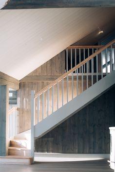 Trappen er levert av CK&I Prefab Cottages, Minimalist Home Decor, Kitchens, House Ideas, Stairs, Cabin, Rustic, Interior Design, Hallways