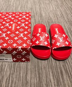 Louis Vuitton X Supreme Flip Flop Lv Handbags, Louis Vuitton Handbags, Bape, Louis Vuitton Flip Flops, Zapatillas Louis Vuitton, Sneakers Fashion, Fashion Shoes, Fashion Outfits, Nike Slippers