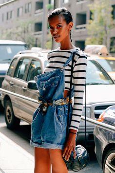 jardineira jeans e lenço como cinto
