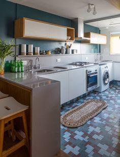 A área de serviço e a cozinha foram integradas. Para impedir que o cheiro de comida passasse para as roupas foi criada uma separação de vidro quase invisível com vidro. Dessa forma, é possível fechar um ambiente, sem impedir a passagem de luz.