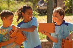 """A escola não se torna """"verde"""" somente pelo fato de economizar energia, fazer coleta de baterias e selecionar o lixo. O fato crucial é o que os estudantes estão aprendendo com estas atividades. A le..."""