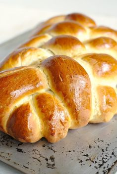 Challah Bread - A beautiful and impressive bread made with just 6 simple ingredients. This classic Jewish bread is great for sandwiches, french toast, and more! Challah Bread Recipes, Artisan Bread Recipes, Loaf Recipes, Sicilian Recipes, Jewish Recipes, Sicilian Food, How To Make Bread, Food To Make, Jewish Bread