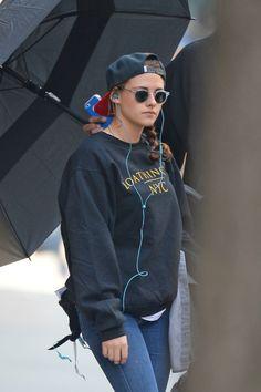 Kristen continua seu trabalho no filme Still Alice, que tem as gravações em Nova Iorque, e aí embaixo podemos ver algumas fotos da gata deixando seu hotel, na tarde de ontem.