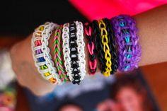 Conhece a Rainbow Loom? A moda das pulseiras de elástico coloridas virou febre entre crianças e adolescentes nos Estados Unidos e pode virar mania aqui também no Brasil. - Veja mais em: http://www.vilamulher.com.br/artesanato/tendencias/pulseiras-de-elastico-rainbow-loom-32108.html?pinterest-destaque