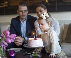 写真:SPLASH/アフロ ▼19Jul2015Walkerplus|ジョージ王子にライバル?スウェーデンの王女がかわいい http://news.walkerplus.com/article/61932/ #Princess_Estelle #Prinsessan_Estelle #艾絲黛拉公主 #艾丝黛拉公主 #الأميرة_أستل #Принцесса_Эстель #شاهدخت_استل #에스테르_공주
