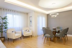Poltrona / papel de parede / candeeiro de tecto / cadeiras / mesa de refeições / cortinados / quadro / planta