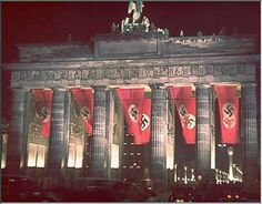 Bandeiras Nazistas enfeitam o Portão de Brandenburgo (Berlim-1942)