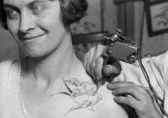 L'un des premiers studios de tatouage, en 1928