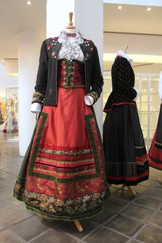 Rapport fra utstillingen Duett på Hadeland Glassverk | Contemporary Norwegian folklore by Lise Skjåk Bræk Medieval Clothing, Historical Clothing, Folk Fashion, Vintage Fashion, Norwegian Clothing, Scandinavian Embroidery, Frozen Costume, Folk Costume, Traditional Dresses