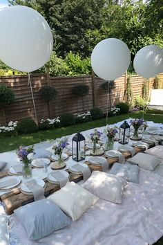 Garden party decorations, dinner party decorations и dinner party table. Boho Garden Party, Garden Picnic, Garden Party Decorations, Garden Parties, Outdoor Parties, Backyard Picnic, Picnic Table Decorations, Ramadan Decorations, Beach Picnic