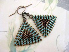 Beadwoven hermoso, pendientes de peyote! Hecho de perlas delica japonesa en marrón y turquesa.  Los lados del triángulo son 1(2, 6cm) largo, el pendiente todo es de 1.3/4 (4, 5cm) largo de la parte superior de la hippy.  Su elección de los cables oído antiguos de cobre o plata.  Compruebe hacia fuera mis cuentas pendientes en diferentes estilos, diseños y colores: http://www.etsy.com/shop/MadeByKatarina?section_id=6203080  Si tienes alguna duda, comuníquese conmigo.  Gracias por mirar y…