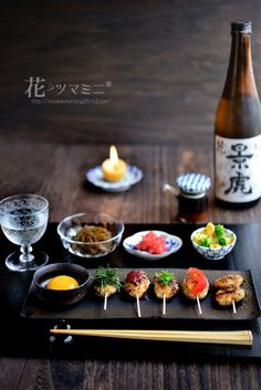 Yakitori skewers with Sake, always a great pair. Japanese Food Sushi, Japanese Dishes, Japanese Treats, Bento, Mooncake, Food Decoration, Food Menu, Food Design, Food Presentation