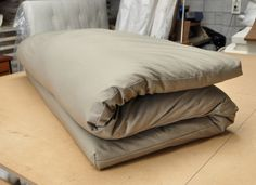 Roll up futon mattress The mattress was built to be used directly on the floor or bed tatami platform is very tender and warm comfortable Best Futon Mattress, Futon Diy, Futon Sofa, Dorm Futon, Sleeper Sofas, Sofa Pillows, Japanese Floor Bed, Japanese Mattress, Home
