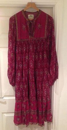 I had this in blue = ( VTG 70s ADINI HIPPY CLARET RED/GOLD INDIAN COTTON FESTIVAL SMOCK DRESS-S-UK8-10 £180.00 (15B) Bohemian Style Clothing, Bohemian Look, Boho Chic, Boho Hippie, Bordeaux, Kurti Neck Designs, Vintage Hippie, Folk Fashion, Hippie Dresses