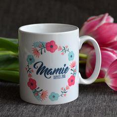 Plus personne ne lui prendra sa tasse... Tasse personnalisable, une chouette idée cadeau... Que ce soit pour la fête des grands-mères, la fête des mères, un anniversaire ou tout simplement juste comme ça... -------- Personalized mug with flowers.