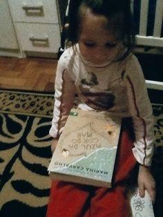 """Nyni e o livro """"Azul da cor do mar"""" Cortesia da Editora Novo Conceito"""