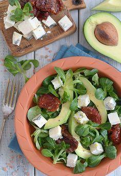 Sałatka z awokado, roszponką, suszonymi pomidorami i serem pleśniowym