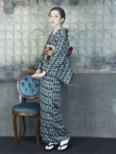 小さなペンギン柄モチーフの着物に市松柄の帯を合わせたコーディネート。 シックな色合いで大人っぽい雰囲気です。 Yukata Kimono, Kimono Japan, Kimono Fabric, Japanese Kimono, Kimono Top, Tokyo Street Fashion, Tokyo Street Style, Japan Fashion, Grunge Style