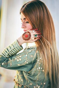 Cute Girl Poses, Cute Girl Photo, Girl Photo Poses, Girl Photography Poses, Cute Girls, Pakistani Fashion Party Wear, Pakistani Dresses Casual, Pakistani Wedding Outfits, Stylish Girls Photos