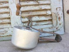 """מסחטת תפוזים,עשויה אלומיניום וברזל ידית עץ פריט מקסים למטבח אורך: 19 ס""""מ גובה עד הידית: 15 ס""""מ"""