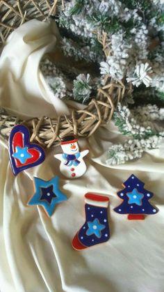 ceramica come mestiere: Allegre decorazioni natalizie. Da appendere sull'a... Christmas Clay, Merry Christmas, Xmas, Christmas Ornaments, Clay Projects, Projects To Try, Clay Ornaments, Christmas Decorations, Holiday Decor