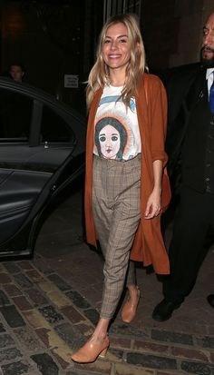 d723fa5242d Sienna Miller Cat On A Hot Tin Roof Outfits  T-Shirt and checked trousers