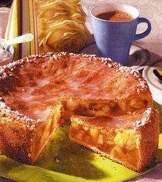 Pentru a se amesteca mai bine praful de copt cu făina, acestea se cern împreună. 1. Se bat ouăle cu 125 g zahăr şi un praf de sare, apoi se amestecă cu 200 g unt, făina şi praful de copt, până se obţine un aluat omogen. Se acoperă cu o folie şi se lasă la … Romanian Desserts, Romanian Food, Pie Dessert, Dessert Recipes, My Recipes, Cooking Recipes, No Cook Desserts, Low Calorie Recipes, Sweet Cakes