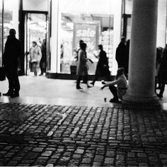 London - analog HP5+ 800 iso ... #blackandwhitephotography #blackandwhitephoto #blackandwhite #streetphoto_bw #bws_worldwide #blancheetnoir #blacknwhite #bnw_lover #bnw_life #bnw_city #black #bnw #bw #blancoynegro #streetphoto #streetphotography #fineart