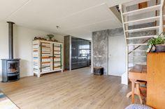 Te koop: Joris Ivenslaan 49, Almere - Hoekstra en van Eck - Méér makelaar. Verhuizen en zonder klussen wonen! Dat kan in dit royale en zeer goed onderhouden gezinshuis. De woning heeft een prachtige afwerking met moderne en tijdloze kleuren. Daarnaast beschikt de woning over een nagelnieuwe luxe keuken, moderne badkamer en 3 (mogelijkheid voor 4) ruime slaapkamers. De gunstige ligging in het populaire gedeelte van de Filmwijk maakt het woongenot compleet!