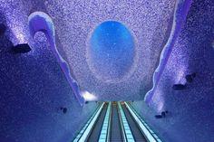 estacion de metro con un agujero en el techo y luces blancas
