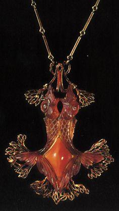 An Art Nouveau 'Two Fish' pendant, by René Lalique, circa 1905. Gold, enamel, glass and carnelian. Musée Lalique, Wingen-sur-Moder, France. Source: René Lalique Exceptional Jewellery 1890 - 1912.