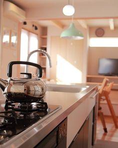 キッチンを囲む家のキッチンはステンレスシンクとステンレスカウンター . 共働き夫婦の家時間をできるだけゆったり過ごせるように家の中心にダイニングキッチン一番奥まったスペースをリビングとしました 私の設計の基本的なルールとしてはキッチンやダイニングに最初に入ることはしません ただこの家の場合は暮らし方から落ち着く空間であるリビングと快適で家事が楽しくなるキッチンさらにスペース的な制限からキッチンを囲む暮らしが良いのではないかなと思いました