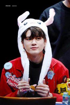 Wanna one bunny hat Ong Seung Woo, Hd Love, Bunny Hat, Kim Jaehwan, 3 In One, Kpop Groups, Jinyoung, Korean Singer, Rapper
