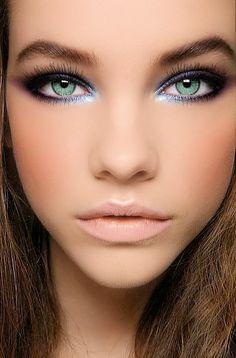 Tus ojos verdes me hacen volar e ilusionar.