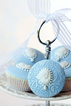 These are some fancy shmancy cupcakes! blue fondant cupcakes with cameo and pearl centres. Cupcakes Lindos, Pretty Cupcakes, Beautiful Cupcakes, Fondant Cupcakes, Fancy Cupcakes, Pearl Cupcakes, Elegant Cupcakes, Decorated Cookies, Deserts