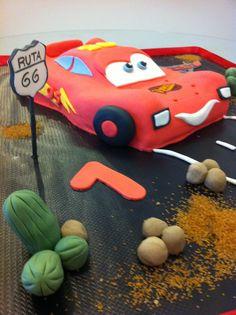 Tarta personalizada como el personaje Rayo McQueen elaborada por TheCakeProject en Madrid
