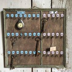 Tableau d'hôtel ancien pour clefs. Petites plaques rondes en tôle émaillée, rose et bleu. Fourni avec 4 clefs anciennes.
