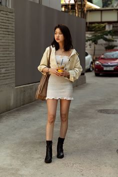 Spring of April 2019 Seoul Women's Street Style – écheveau. You are in the right place about menswear for Womens Street Style Here we offer you the most beaut High Street Fashion, Korean Street Fashion Urban Chic, Korean Fashion Summer Street Styles, Asian Street Style, Female Street Fashion, Seoul Fashion, Fashion 2020, Asian Fashion, Korean Streetwear