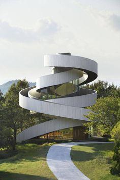 Architectes Hiroshi Nakamura & NAP Co. dont nous avions déjà pu observer le travail avec la très belle « Optical Glass House » située au Japon