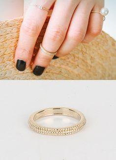 Today's Hot Pick :凹凸スリムピンキーリング http://fashionstylep.com/SFSELFAA0016447/coiija/out ブラス素材を使ったシンプルなスリムリングです。 小さめサイズでピンキーリングやナックルリングとして使えるアイテム☆ 全体にあしらわれた凹凸模様がポイントに♪ 他のスリムリングとのレイヤードがオススメです!!
