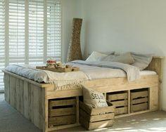 Bed van steigerhout met kistjes eronder #home #decor #diy