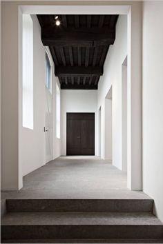black ceiling Clean corridor with floor of Belgian Blue stone by Belgian architect Devaere. Drop Ceiling Panels, Hallway Ceiling, Dark Ceiling, Entry Hallway, Ceiling Decor, Ceiling Beams, Ceiling Design, Hallways, Beamed Ceilings