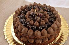 Tort Mon Cheri cu ciocolata si cirese sau visine. Un tort naked cu blat umed de ciocolata, crema de ganache de ciocolata si umputura de cirese sau visine cu lichior. O reteta detort festiv, fin si moderat de dulce, foarte usor de preparat.  Am facut acest tort Mon Cheri cu ciocolata si cirese cu … Jacque Pepin, Cacao Beans, Mon Cheri, Something Sweet, Yummy Cakes, Chocolate Cake, Cake Recipes, Mousse, Food And Drink