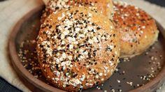 Hamburgerbrød som du baker selv, med grovt mel. Oppskrift fra Lise Finckenhagen i «Jacobsen» på NRK P1+.