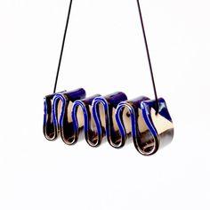 Joyería de cerámica negrita esculpidas Boho Tribal declaración collar  ... ¿Estás listo?   Las olas de barro terminado con un esmalte oro azul real y antiguo.  El ancho del collar es de aproximadamente 4,3 pulgadas o 109 centímetros Altura 1,7 pulgadas o 4,4 centímetros.  La longitud de la cuerda de goma es 51 centímetros o 20 pulgadas. Si usted como una longitud diferente por favor mensaje me.  No será por su cuenta en cualquier lugar con este arrancador de la conversación de nocaut…