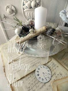 Eine Zartromantische Adventsdekoration in einer weißen Porzellan Sauciere. Es wurde mit vielen Kostbarkeiten in weiß, silber , altrosé ausgeschmückt. Zauberhafte, romantische weihnachtliche...